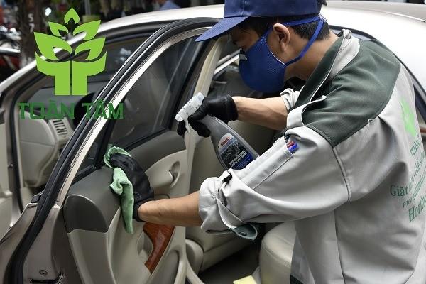 Vệ sinh nội thất xe hơi thường xuyên là rất cần thiết